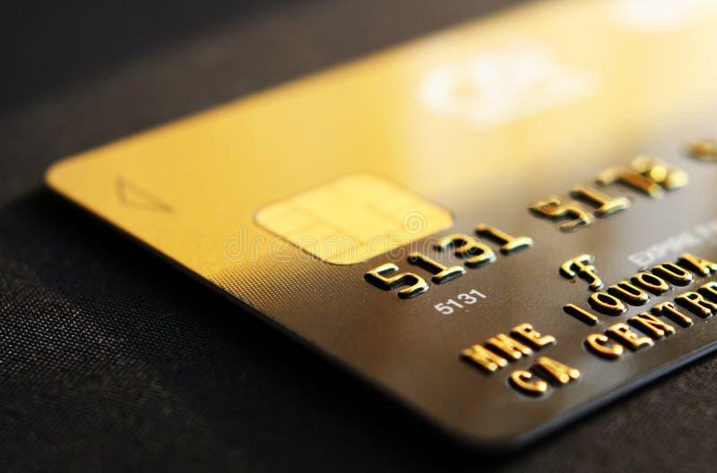 Par la carte de crédit dans la fin vers le haut photographie stock libre de droits