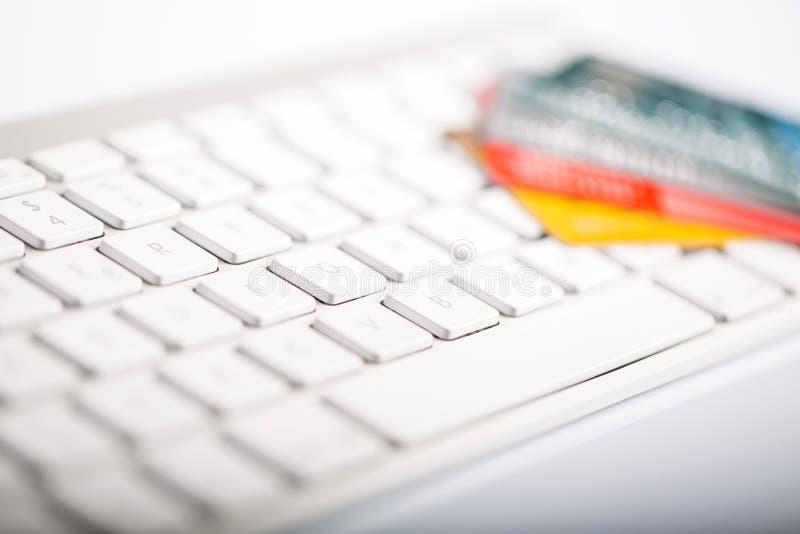 Par la carte de crédit sur un clavier d'ordinateur images libres de droits