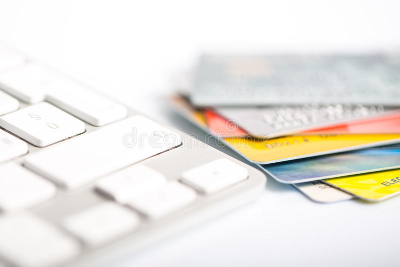 Par la carte de crédit sur un clavier d'ordinateur photos libres de droits