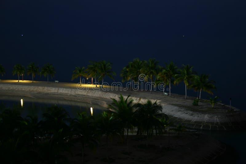 Par la plage fabriquée par l'homme images stock