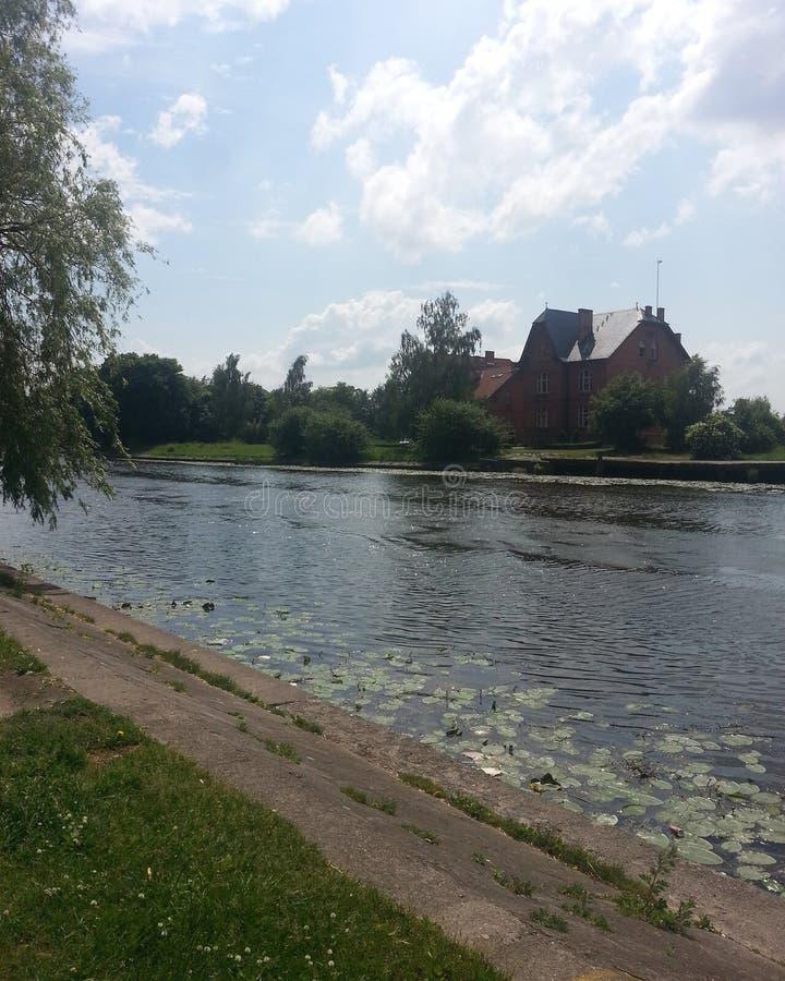 Par la rivière image stock