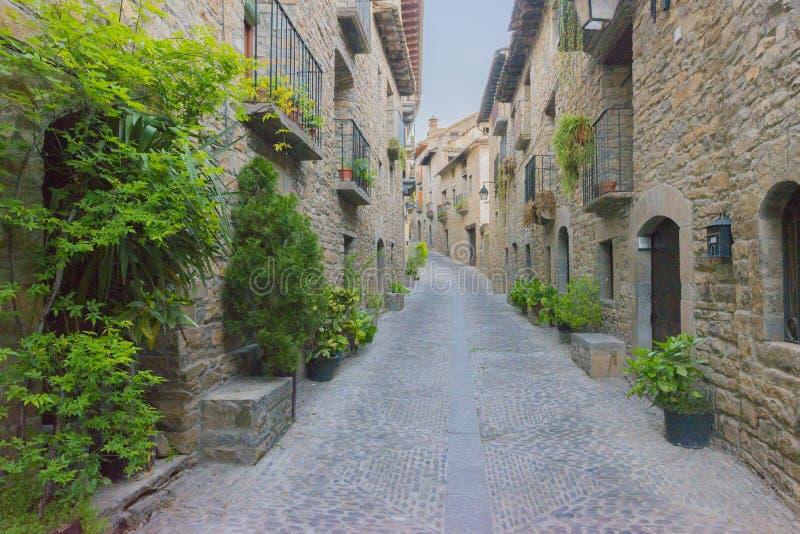 Par la ville d'Ainsa images stock