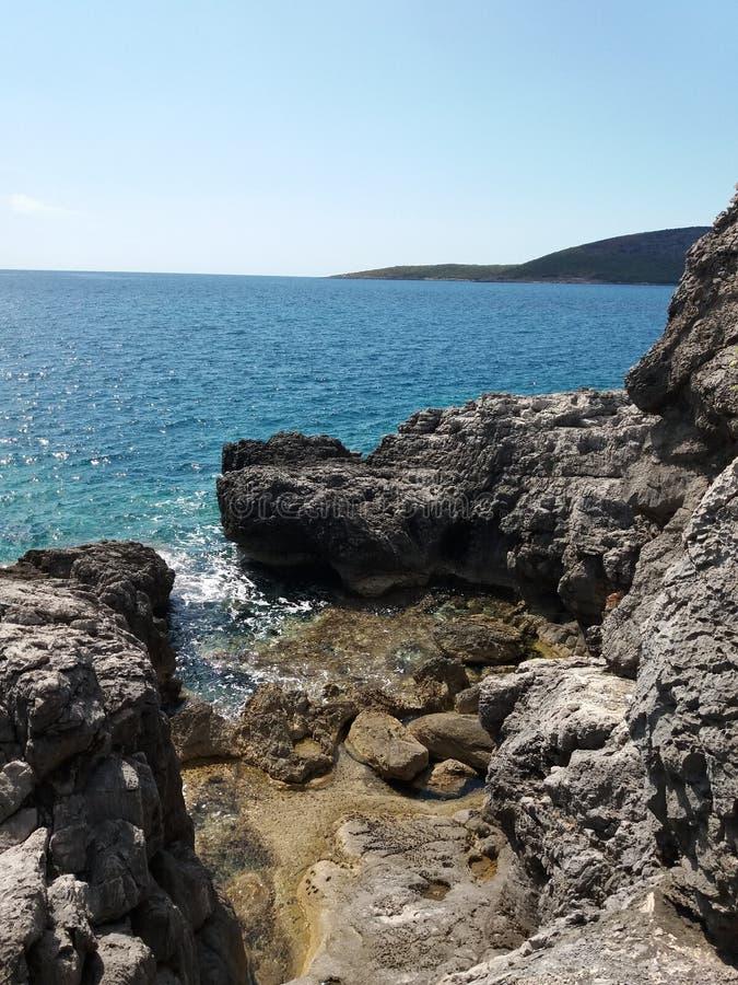 Par le bord de la mer sauvage photos stock