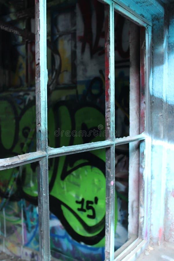Par le châssis de fenêtre cassé photos libres de droits