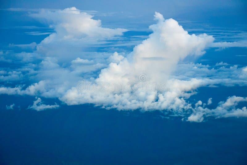Par les nuages de ciel bleu photographie stock libre de droits
