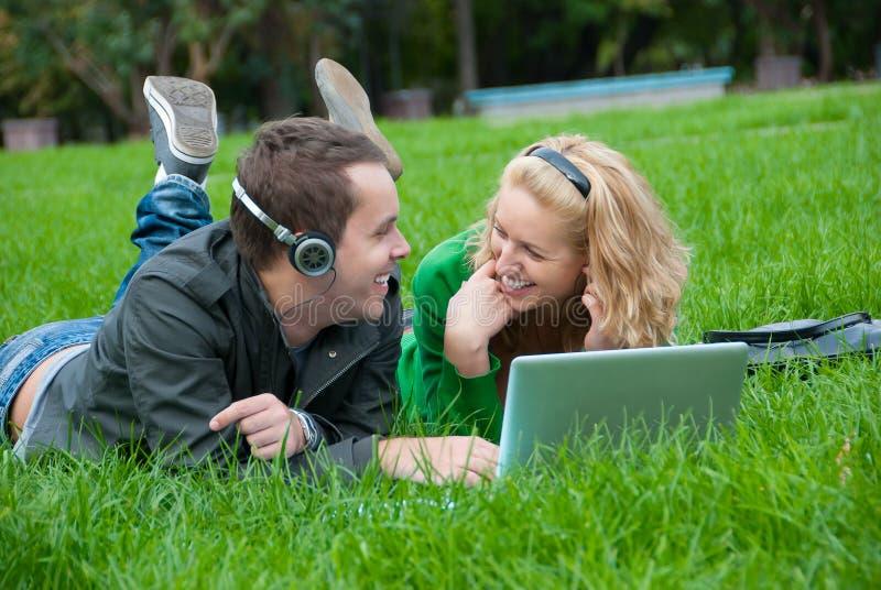 par lyssnar musik kopplar av till barn royaltyfri foto