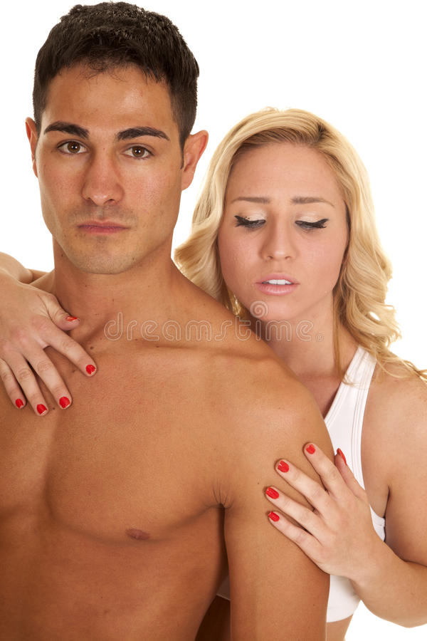 Par man ingen skjortakvinnahand på hans bröstkorgblick ner royaltyfri bild