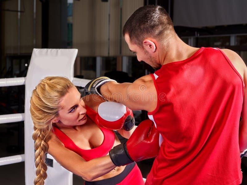 Par Man och kvinnaboxning i cirkel arkivfoton