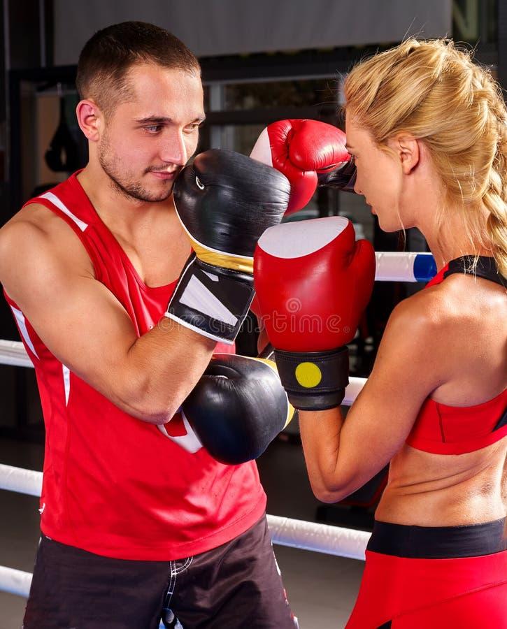 Par Man och kvinnaboxning i cirkel royaltyfri bild