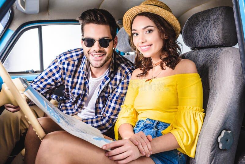 Par med översikten i bil royaltyfri fotografi