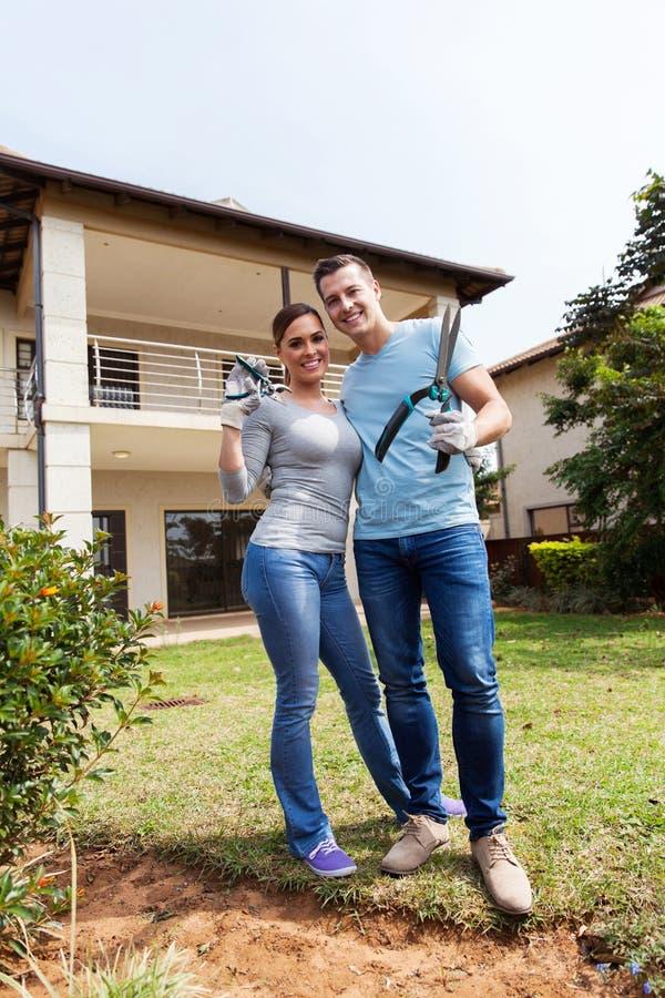 Par med att arbeta i trädgården hjälpmedel arkivfoto