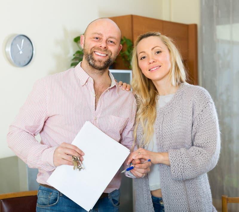 Par med avtalet för köpande lägenhet royaltyfri bild