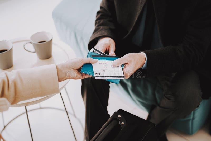 Par med biljetter i flygplats i väntande rum royaltyfri fotografi