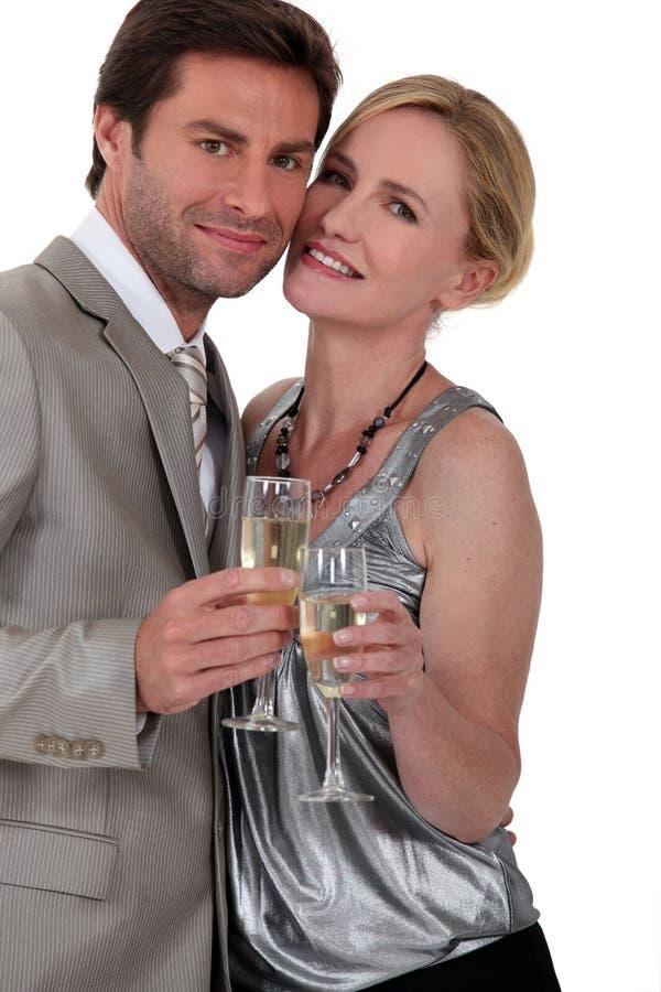 Par med champagneexponeringsglas royaltyfri bild