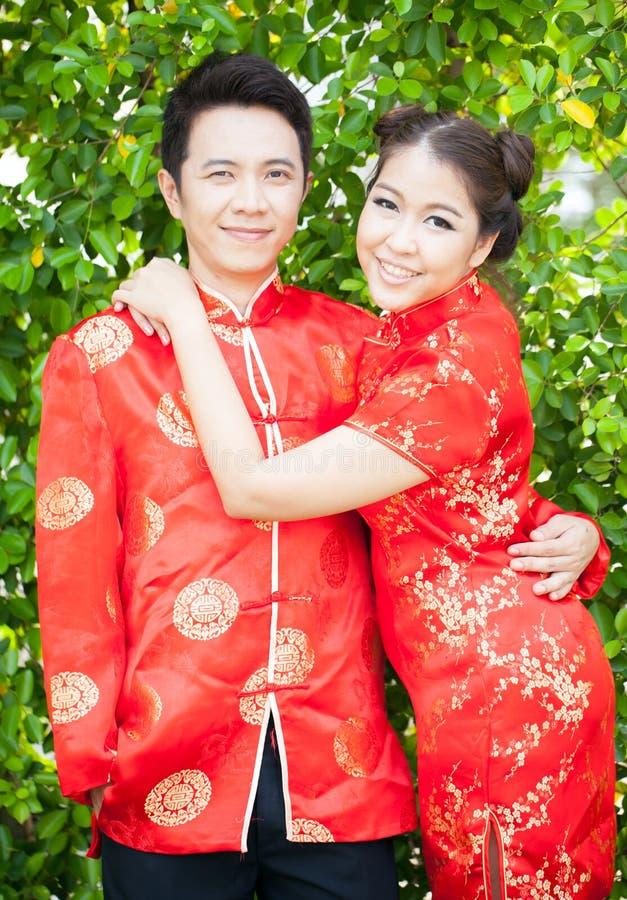 Par med den förälskade kinesiska klänningen arkivbild