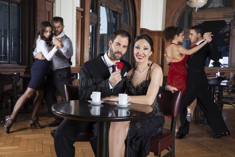 Par med den Rose Smiling While Enjoying Tango kapaciteten arkivbilder