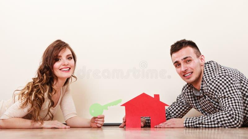 Par med det pappers- huset Inhysa fastighet royaltyfria bilder