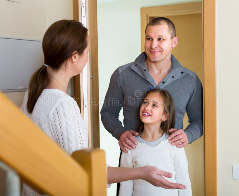 Par med dottern på dörröppningen arkivfoto