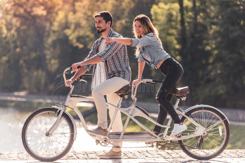 Par med en tandem cykel arkivbild
