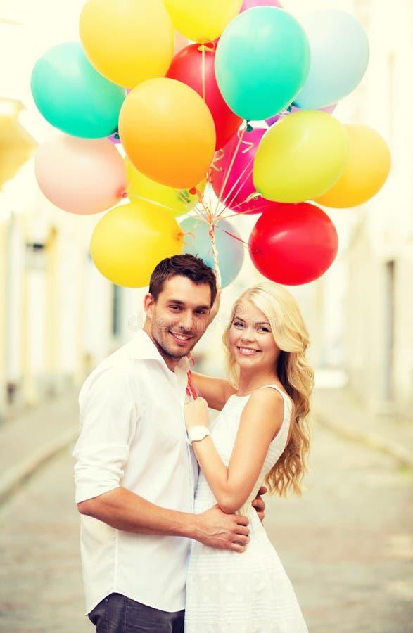 Par med färgrika ballonger arkivfoton