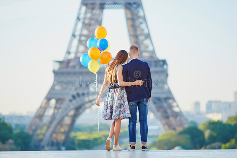 Par med färgrika ballonger nära Eiffeltorn royaltyfri bild