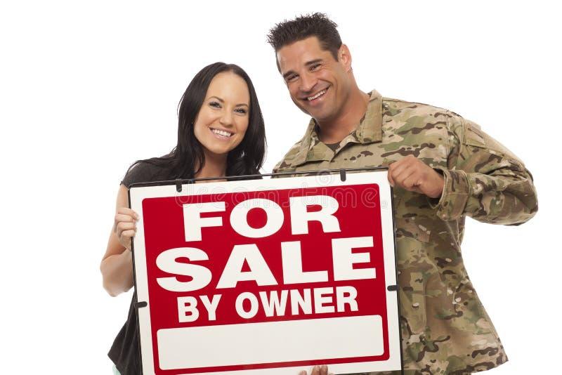Par med försäljningsskylten royaltyfria bilder