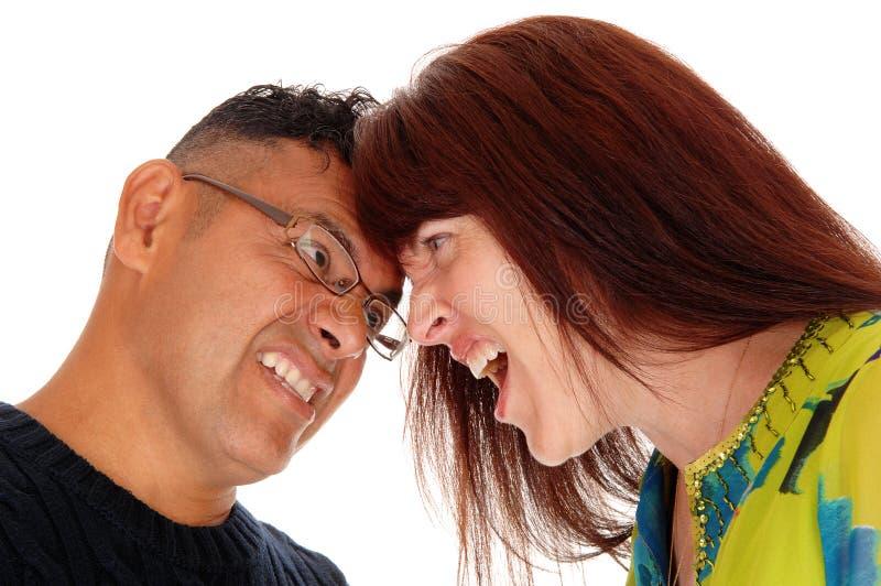 Par med huvudet som slåss tillsammans arkivbilder