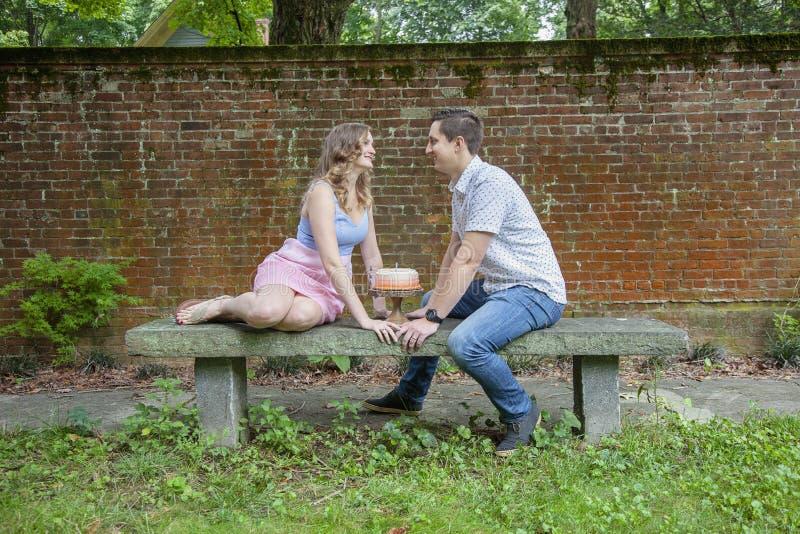 Par med kakan som firar en årsårsdag arkivfoton