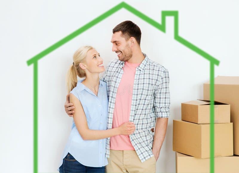 Par med kartonger som flyttar sig till det nya hemmet royaltyfri foto