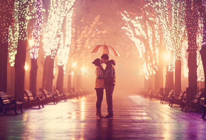 Par med paraplyet royaltyfri fotografi