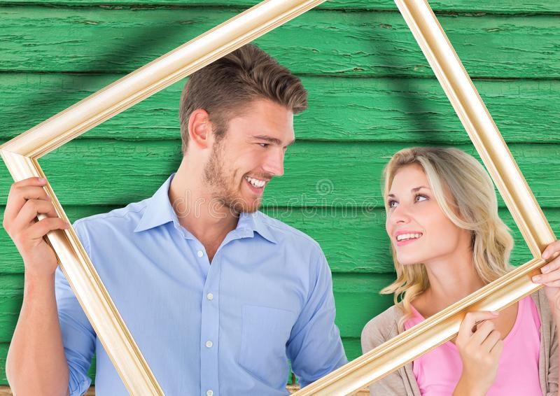 par med ramen med grön wood bakgrund arkivfoton