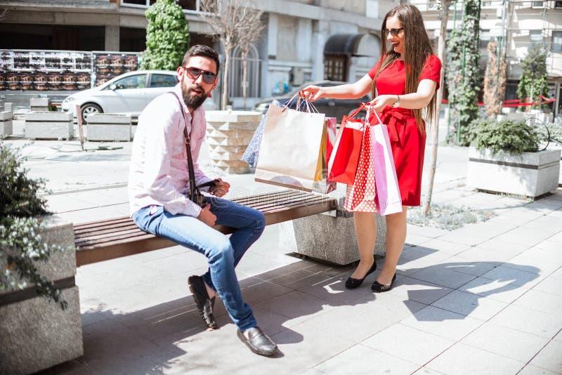 Par med shoppingpåsar i staden royaltyfria bilder