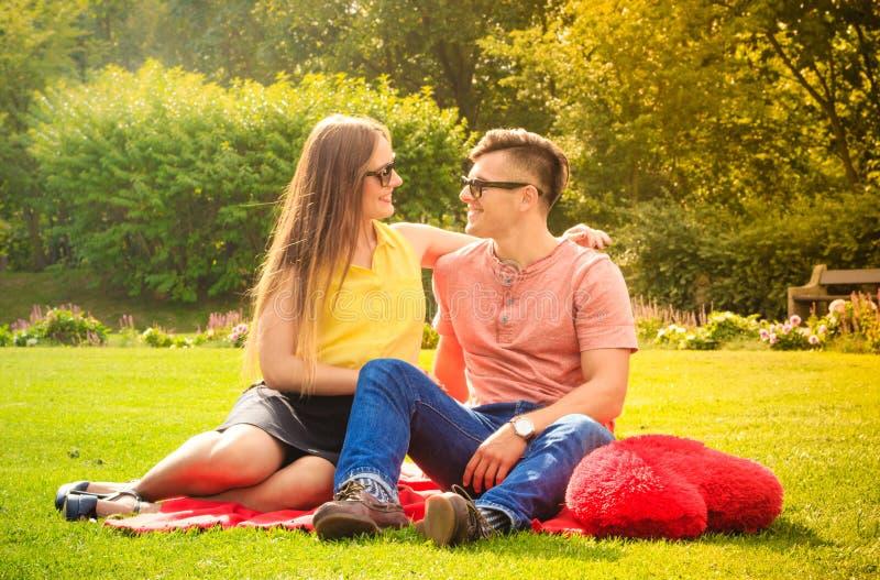 Par med stor hjärta på picknick royaltyfri fotografi