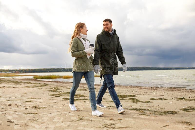Par med torktumlaren som promenerar höststranden arkivbilder
