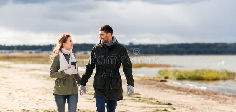 Par med torktumlaren som promenerar höststranden royaltyfria bilder