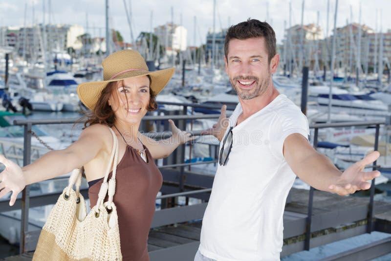 Par med utsträckta armar på den nautiska feriedestinationen royaltyfria bilder