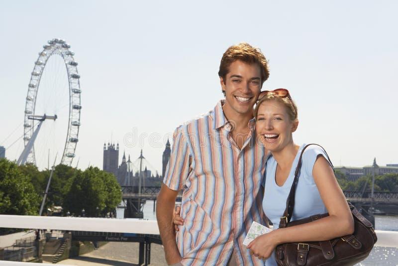 Par mot det Thames River och London ögat royaltyfri fotografi