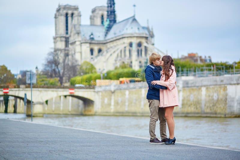 Par near Notre-Dame de Paris arkivfoto