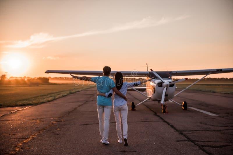 Par och flygplan fotografering för bildbyråer