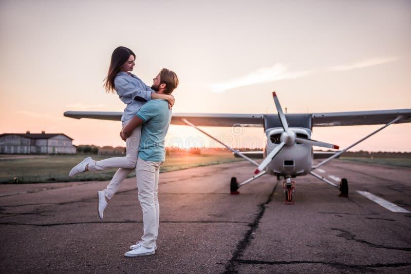Par och flygplan royaltyfri bild
