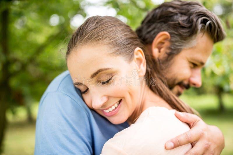 Par omfamnar sig fotografering för bildbyråer