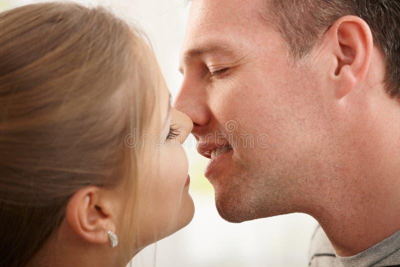 Par omkring som ska kyssas arkivbilder