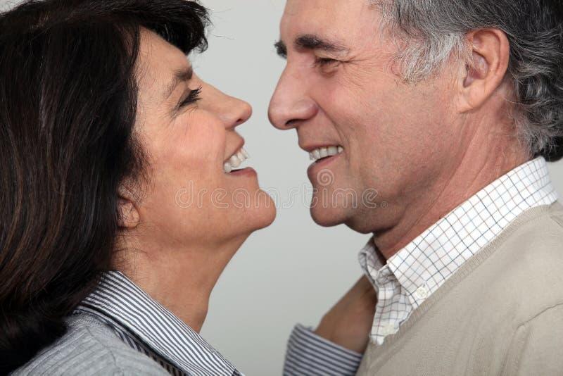 Par omkring som ska kyssas. arkivfoton