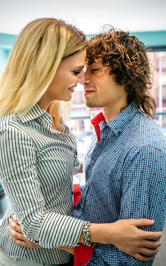 Par omkring som ska kyssas i ett kafé royaltyfri bild