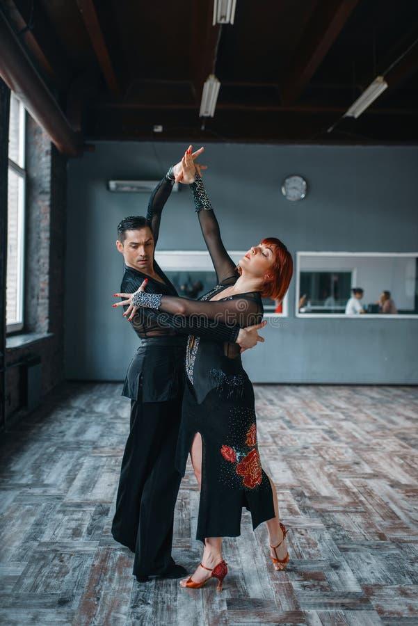 Par på ballromdansutbildning i grupp arkivbild