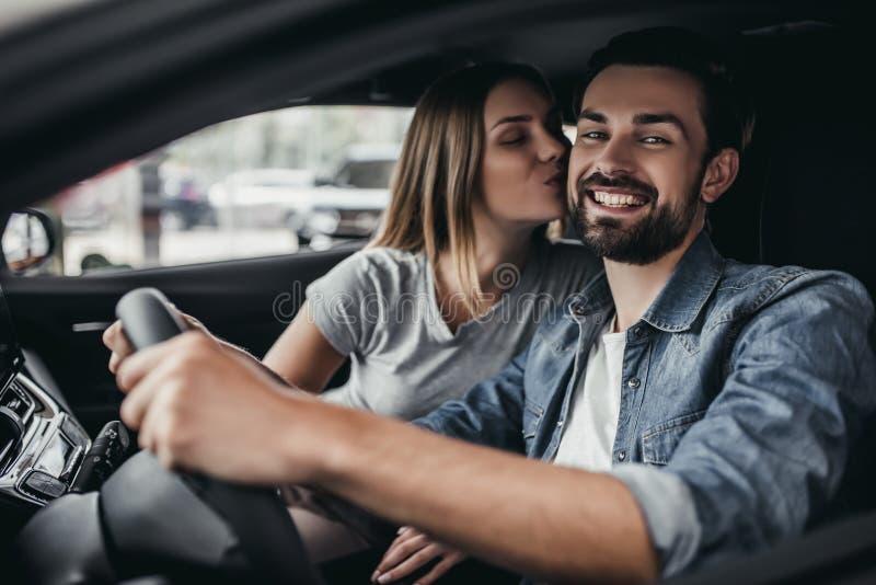 Par på bilåterförsäljaren royaltyfri foto