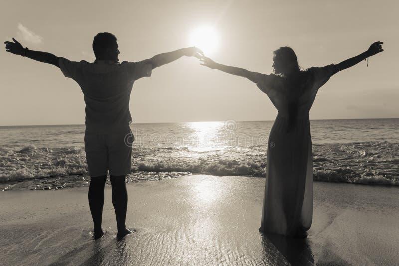 Par på blåttstranden fotografering för bildbyråer