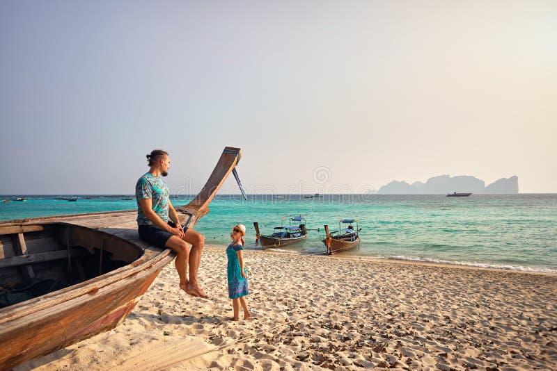 Par på den tropiska ön fotografering för bildbyråer