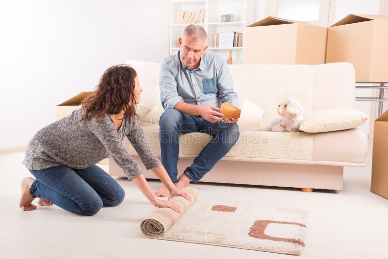 Par på det nya hemmet arkivfoton