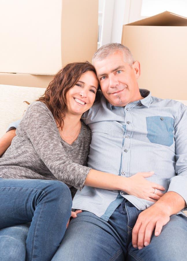 Par på det nya hemmet royaltyfri bild